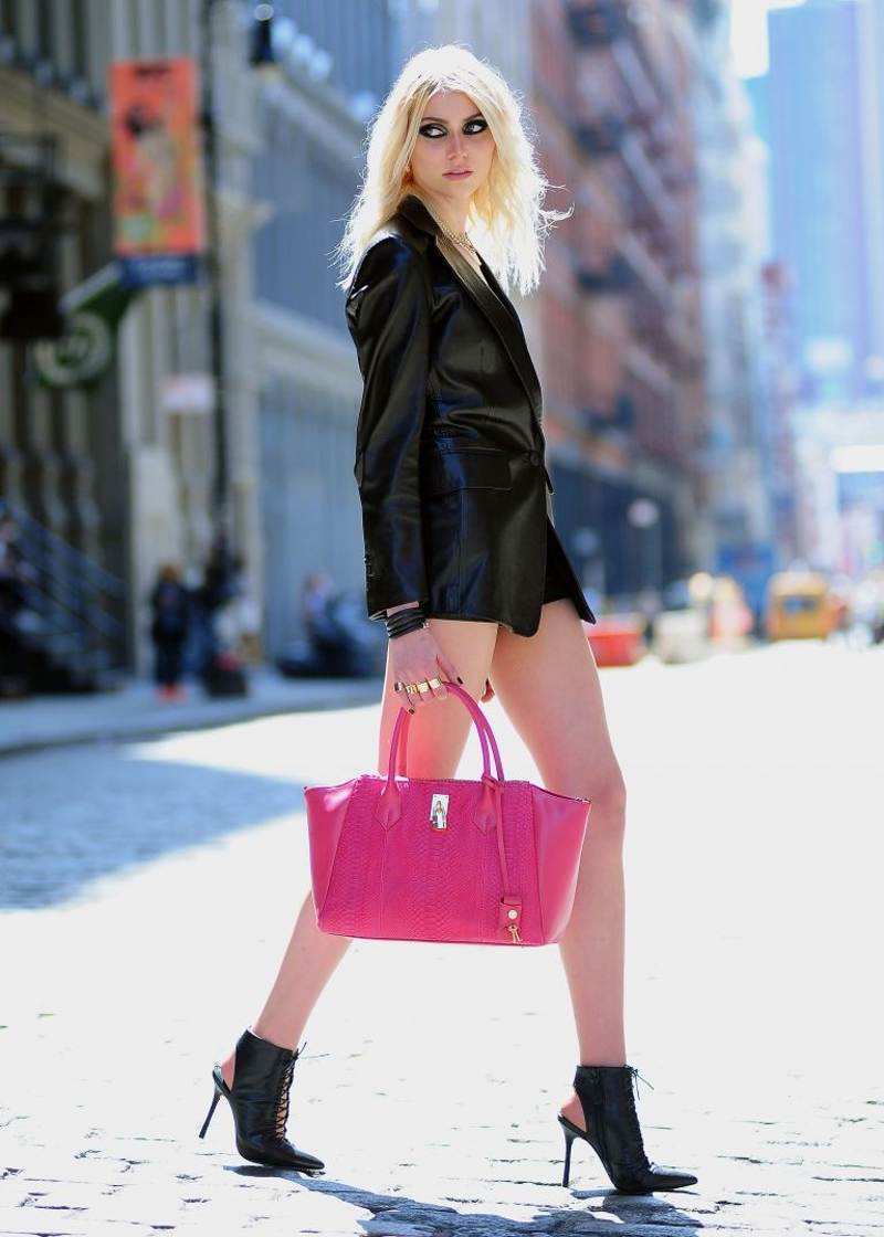 Pink bag street style